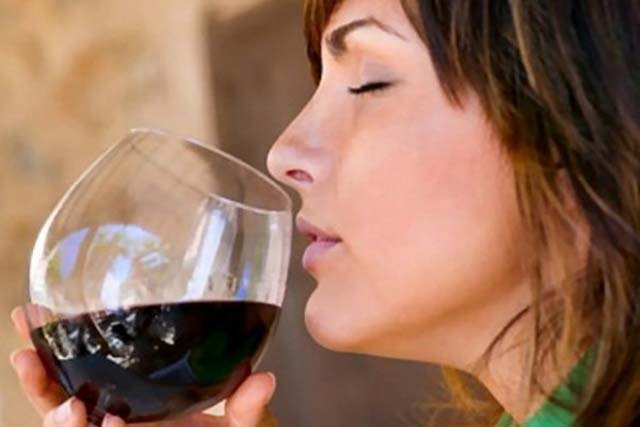 senora_tomando_alcohol_
