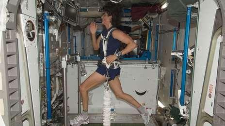 Sunita-corre-cinta-adentro-espacial_OLEIMA20120920_0073_15
