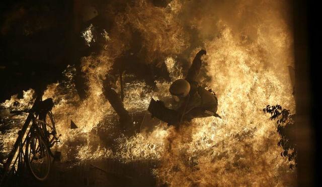 Los manifestantes lanzaron cócteles molotov contra la policía