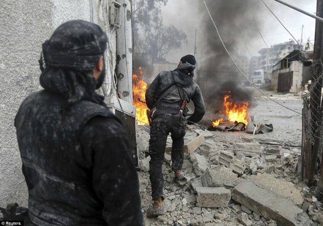 Entre las ruinas de la ciudad, un rebelde se asoma para descubrir las posiciones enemigas.