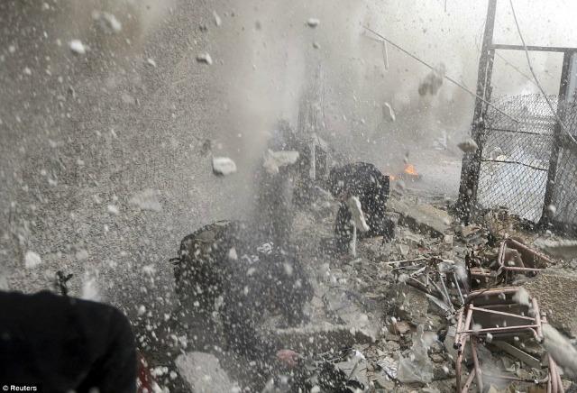 Una lluvia de metralla y ruinas se cierne sobre el fotógrafo y los rebeldes.