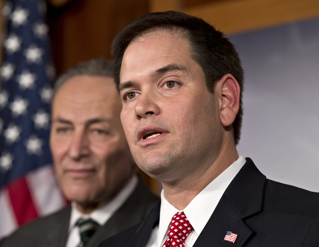 El senador republicano por Florida, Marco Rubio, y el senador demócrata por Nueva York, Charles Schumer (al fondo), anuncian un acuerdo para trabajar en una reforma migratoria, el lunes 28 de enero de 2013. (Foto AP/J. Scott Applewhite)