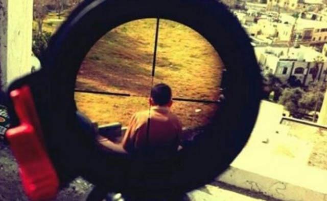foto_nino_palestino_apuntado_