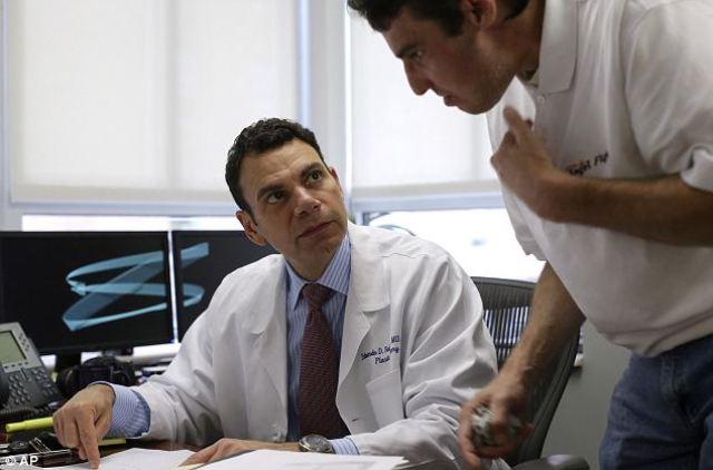 Richard Norris con el Dr Eduardo Rodríguez