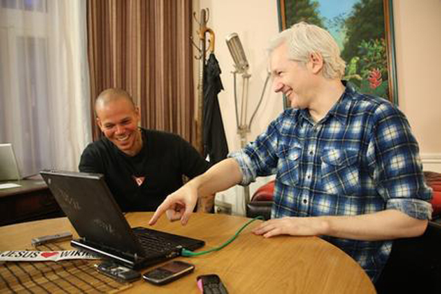 julian assange wikileaks rene calle 13 residente cancion manipulacion de los medios