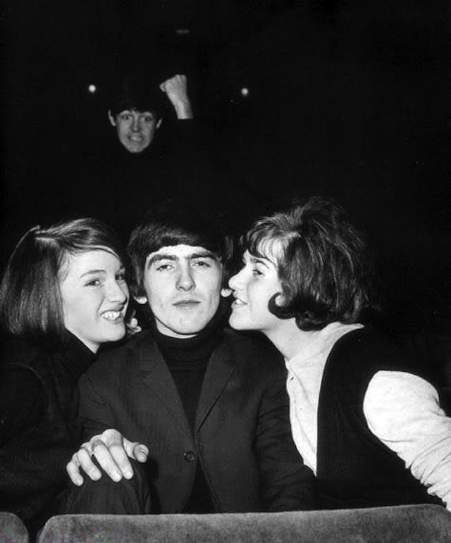 Paul-McCartney-photo-bombing-George-Harrison1