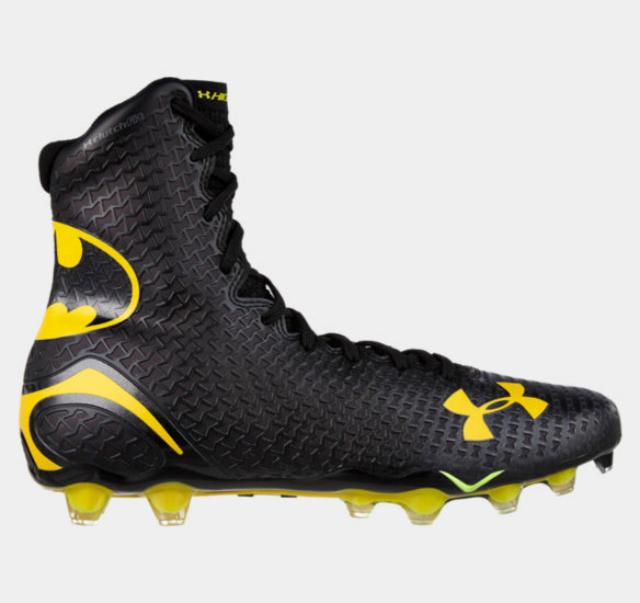 af4e76a5bcc9d Los zapatos de futbol americano con diseños de superhéroes