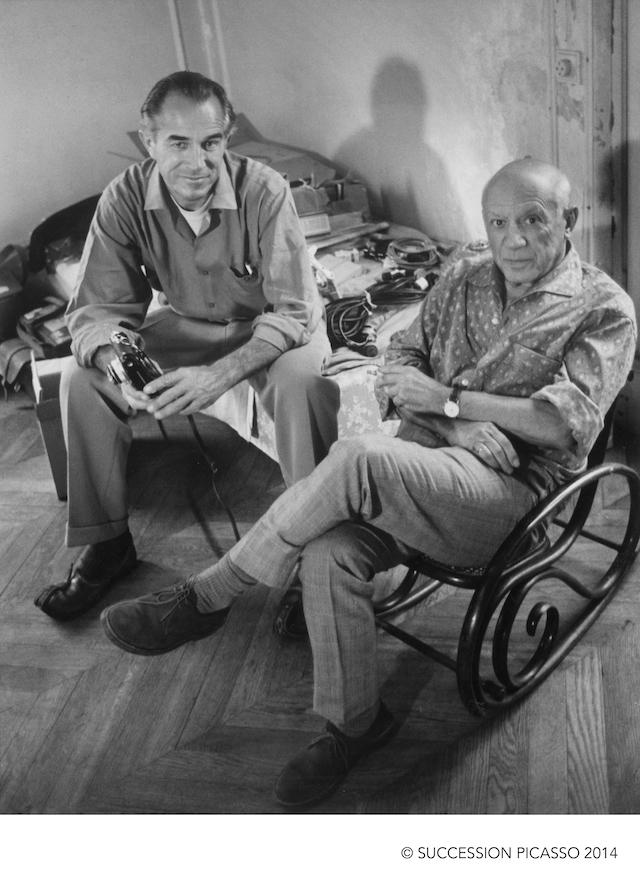 Gjon Mili, Pablo Picasso posando con Duncan en el tercer piso mientras éste fotografiaba Los Picasso de Picasso, 1960