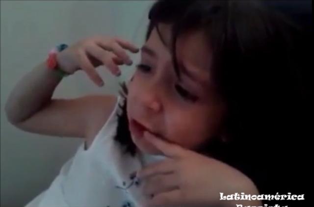 niña llora  por james