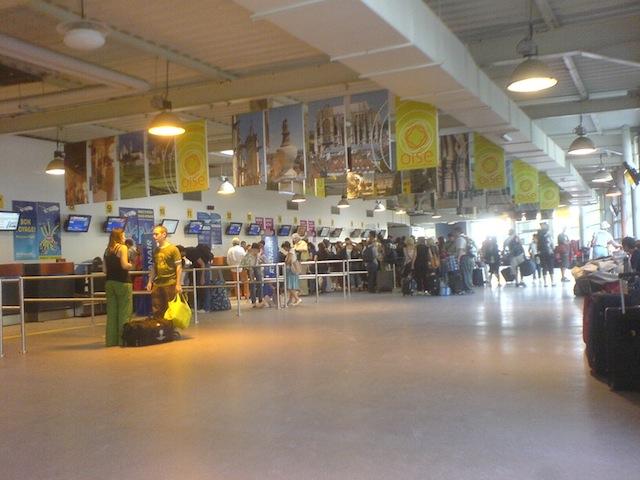 Cola_en_los_mostradores_de_facturación_del_aeropuerto_París_Beauvais_Tillé