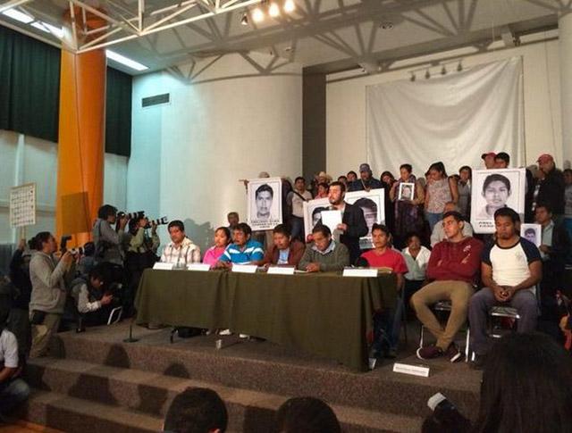 Padres-de-Familia-Ayotzinapa