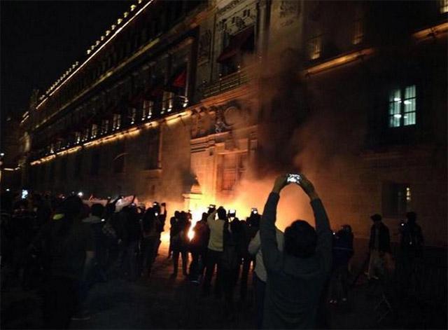 Fuego-Puerta-Palacio-Nacional-1