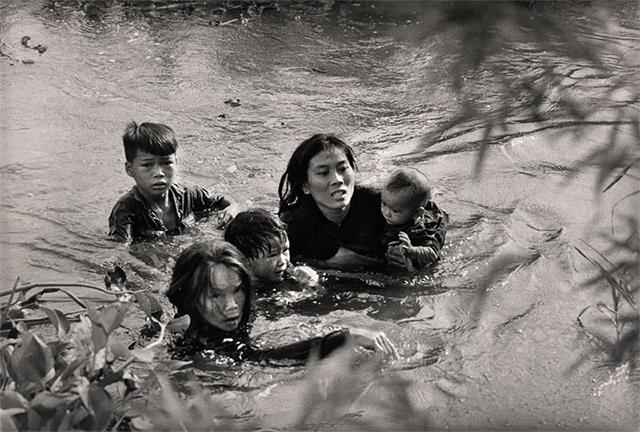 Familia vietnamita huye de los bombardeos norteamericanos (1965)