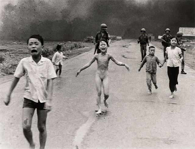 Civiles que huyen de una zona poblada en Vietnam, donde se lanzó el Napalm (1972)