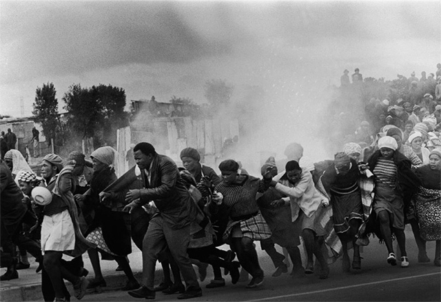 Manifestantes en Ciudad del Cabo durante el Apartheid (1977)