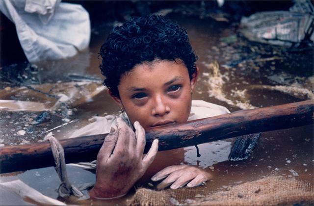 Omayra Sánchez atrapada luego de la erupción de un volcán en Colombia. Moriría horas más tarde (1985)
