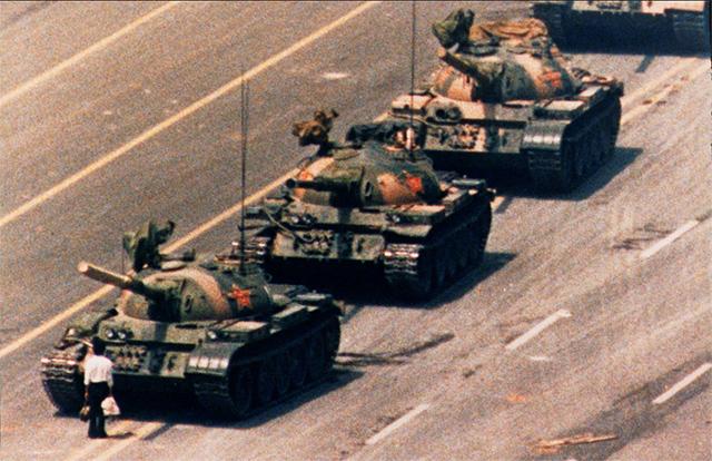 Un manifestante anónimo frente a los tanques en la Plaza de Tianánmen (1989)