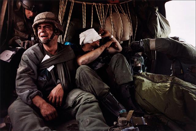 Soldado estadounidense llora la muerte de un compañero en la Guerra del Golfo (1991)