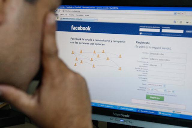 persona mirando facebook