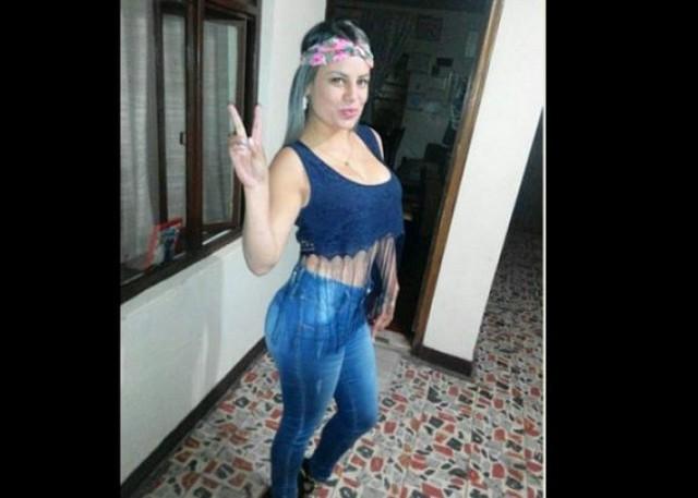 Morena colombiana de peso excesivo dildeando su conjo y culo - 1 8