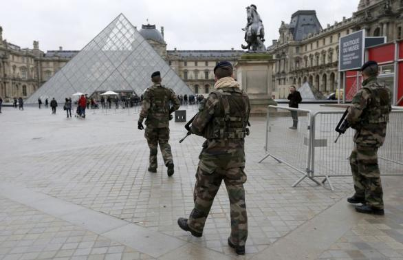 """French soldiers patrol near the Louvre Museum in Paris as part of the highest level of """"Vigipirate"""" security plan, the day after a shooting at the Paris offices of Charlie Hebdo"""