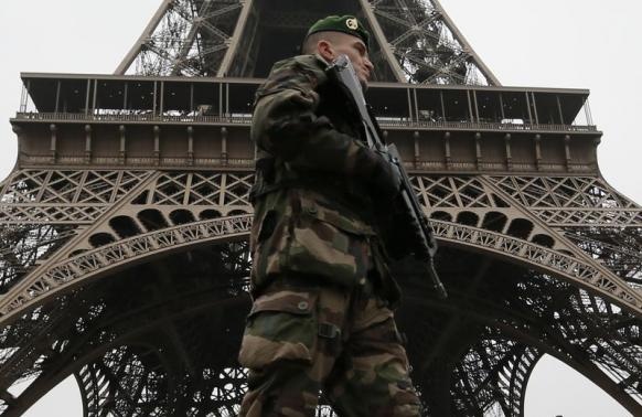 """French soldier patrols near the Eiffel Tower in Paris as part of the highest level of """"Vigipirate"""" security plan after a shooting at the Paris offices of Charlie Hebdo"""