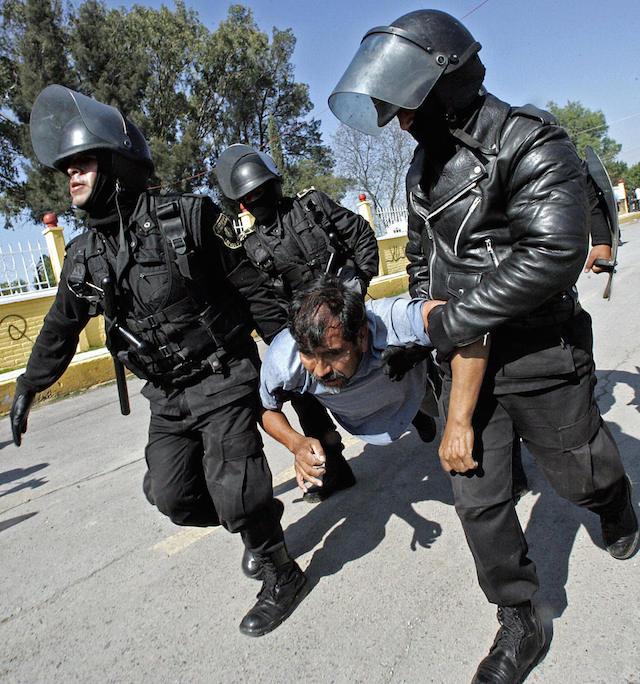 Policemen arrest a inhabitant of San Sal