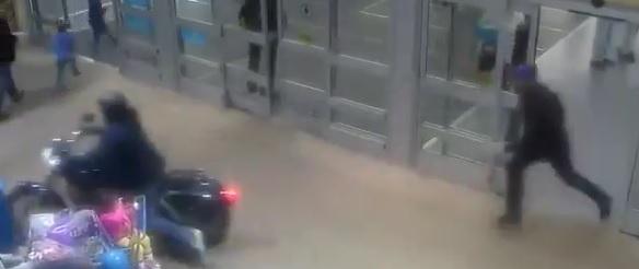 Persecución en moto llega hasta interior de tienda comercial