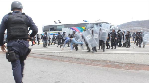 Según un video, policías de Guerrero atacaron a normalistas