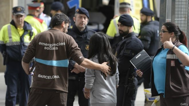Niño de 13 años ataca escuela de Barcelona con una ballesta: un muerto
