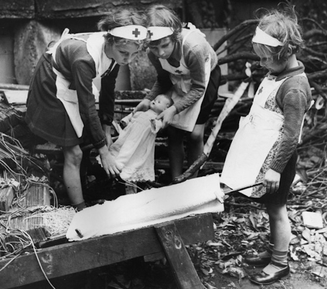 ww2_first_aid_with_dolls
