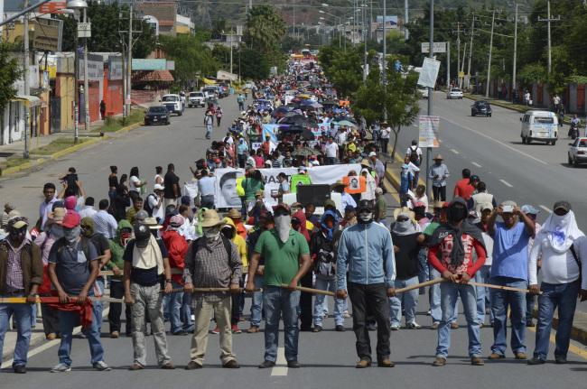 IGUALA, GUERRERO, 22OCTUBRE2014.- Dos presuntos agentes de la Secretaría de Gobernación fueron detenidos en por Profesores integrantes de la Coordinadora Estatal de Trabajadores de la Educación de Guerrero CETEG, UPOEG y estudiantes de la normal rural de Ayotzinapa , así como normalistas de todo el estado, quienes marcharon para exigir la presentación con vida de los 43 estudiantes desaparecidos de Ayotzinapa. Los detenidos marcharon junto con los normalistas descalzos. FOTO: BERNANDINO HERNÁNDEZ /CUARTOSCURO.COM