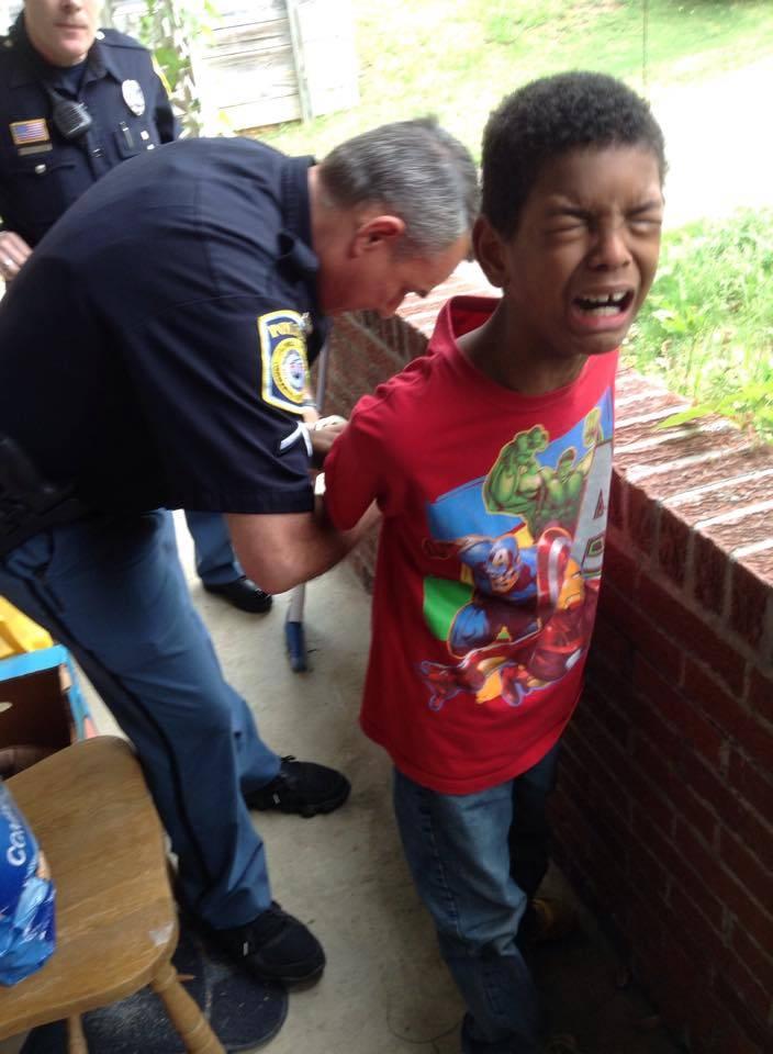 Arrestan a joven tras burlarse del gobierno.