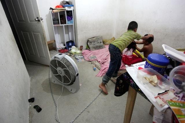 VERACRUZ, VERACRUZ, 11MAYO2015.- Autoridades rescataron a un menor de doce años de edad que era encadenado por sus padres durante gran parte del día. En la pequeña vivienda también se encontraban sus hermanos de seis y tres años de edad, los cuales eran dejados sin alimento, constantemente por sus familiares. El caso fue denunciado por vecinos de la colonia Jardines de Santa Fe, al norte de la ciudad de Veracruz.Los menores fueron trasladados al sistema DIF del estado y se procederá penalmente en contra de sus progenitores.  FOTO: FÉLIX MÁRQUEZ / CUARTOSCURO.COM