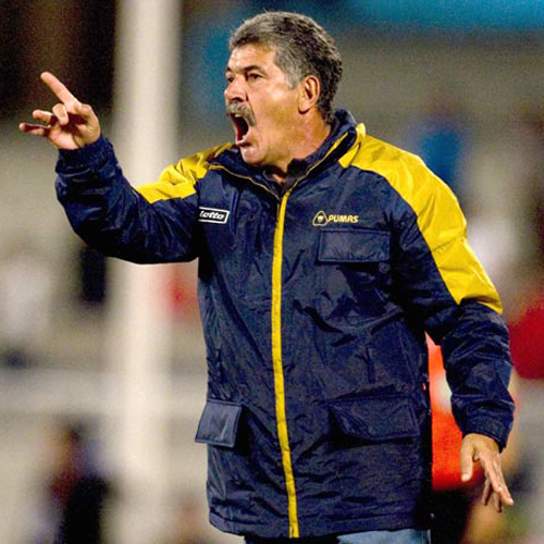 Pumas'  coach Ricardo Ferreti gives instructions to his players during their Concacaf Champions Cup football match against Cruz Azul in Mexico city, on March 4, 2009. AFP PHOTO/Luis Acosta (Photo credit should read LUIS ACOSTA/AFP/Getty Images)