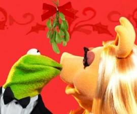 640px-Mistletoe_kiss_kermit_and_piggy