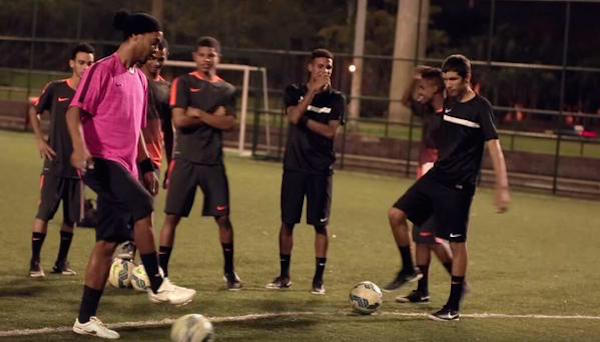 DE LUJO: Ronaldinho logró el 'Nike crossbar challenge'… ¡¡De rabona!!