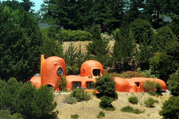 800px-Flintstone_House_June_9_2007