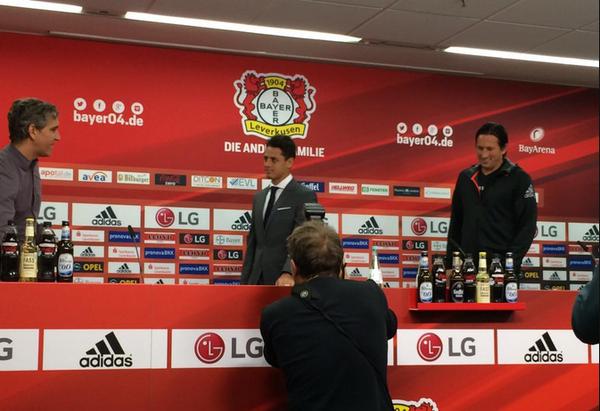 Chicharito ya fue presentado con el Leverkusen