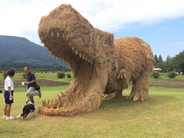 dinosaur-straw-sculptures-wara-art-festival-niigata-japan-1