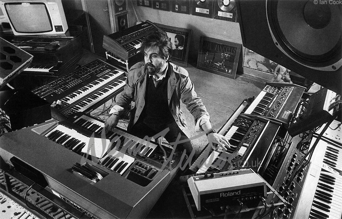 """Vangelis en su estudio de 1975 llamado """"Nemo Studios"""""""