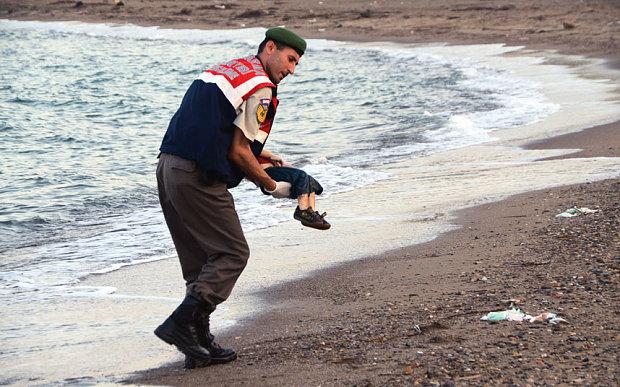 La crisis migratoria de Europa reflejada en la desgarradora foto de un niño