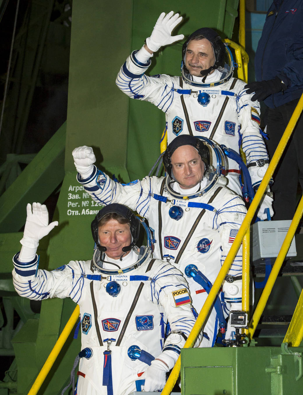 Expedición 53: Mikhail Kornienko de la Agencia Espacial Federal Rusa, Scott Kelly de la NASA y Gennady Padalika de Rusia.