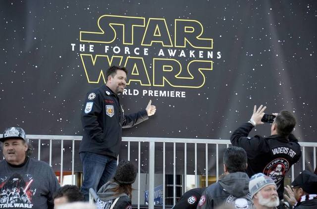 """Fans take pictures at the premiere of """"Star Wars: The Force Awakens"""" in Hollywood, California, December 14, 2015. REUTERS/Kevork Djansezian"""