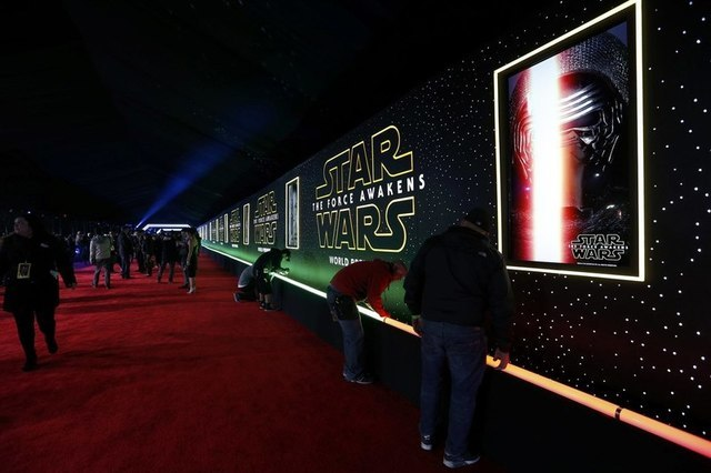 """Final preparations are carried out before arrivals begin at the world premiere of the film """"Star Wars: The Force Awakens"""" in Hollywood, California, December 14, 2015. REUTERS/Mario Anzuoni"""
