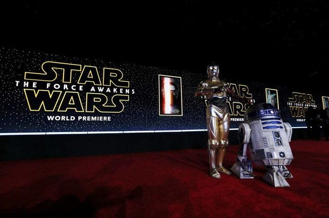 """C-3PO (L) and R2-D2 arrive at the world premiere of the film """"Star Wars: The Force Awakens"""" in Hollywood, California, December 14, 2015. REUTERS/Mario Anzuoni"""