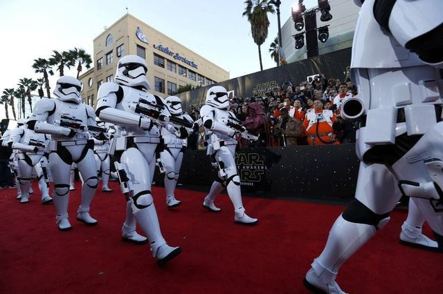 """Storm Troopers march in at the world premiere of the film """"Star Wars: The Force Awakens"""" in Hollywood, California, December 14, 2015. REUTERS/Mario Anzuoni"""