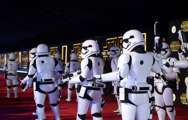 """Storm Troopers march in at the world premiere of the film """"Star Wars: The Force Awakens"""" in Hollywood, California, December 14, 2015. REUTERS/Kevork Djansezian"""