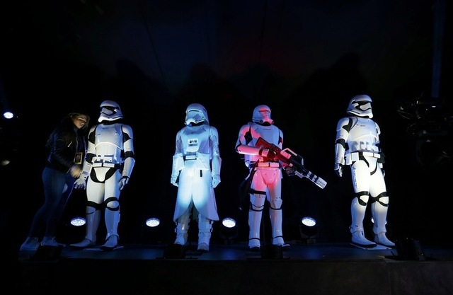 """""""Storm Troopers"""" are seen at the world premiere of the film """"Star Wars: The Force Awakens"""" in Hollywood, California, December 14, 2015. REUTERS/Mario Anzuoni"""