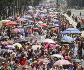 MÉXICO, D.F., 27AGOSTO2013.- Miles de Maestros de la Cordinadora Nacional de Trabajadores de la Educación, de los estado de Michoacán, Oaxaca y Distrito Federal, marcharon desde el campamento en el Zócalo capitalino a la residencia oficial de los Pinos. Al finalizar, una comisión para demandar que el gobierno federal se siente en la mesa de diálogo que mantienen con el poder legislativo. FOTO: ADOLFO VLADIMIR /CUARTOSCURO.COM